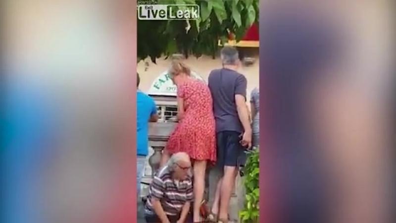 Подсмотревший под юбку девушки пенсионер стал антигероем Сети