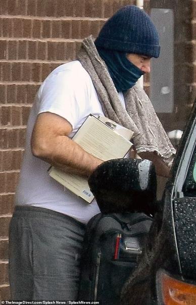 Узнали даже в маске: Кевина Спейси впервые засняли через год после секс-скандала Осенью 2017 года Кевина Спейси обвинили в сексуальных домогательствах к несовершеннолетнему, а после несколько