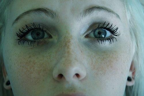 О чем говорит взгляд Старинная мудрость гласит: «Смотри человеку в глаза, когда говоришь с ним, глаза — зеркало души». Когда вы общаетесь, то смотрите на зрачки партнеров, и вы сможете понять их истинные чувства. Выражение глаз — это ключ к истинным мыслям человека. На протяжении веков люди придавали огромное значение глазам и их воздействие взгляда на поведение человека. Выражения, подобные «Она просто испепелила его взглядом», или «У нее глаза ребенка», или «Его глазки забегали», или «У нее…