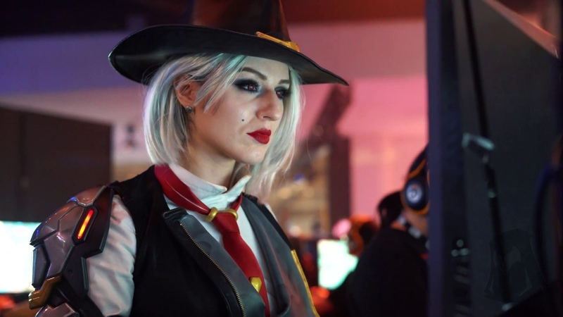 ASHE Cosplayer plays Ashe Crashes Stream at BLIZZCON