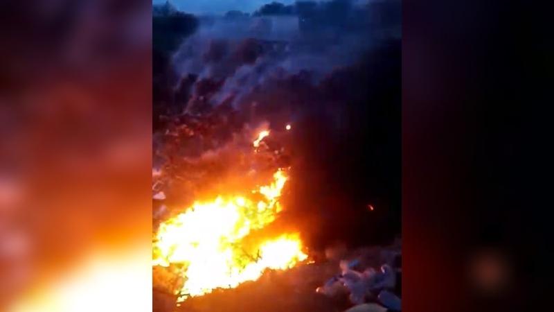 Людей увозят на скорых : в Волгограде с новой силой разгорелся пожар на несанкционированной свалке
