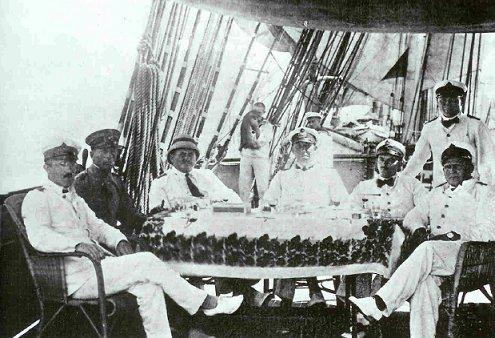 1917 г. Тихий океан. Пираты.Капитан SMS Seeadler Феликс фон Люкнер со своими офицерами на палубе SMS Seeadler. SMS Seeadler был одним из немецких рейдеров переоборудованных и вооруженных
