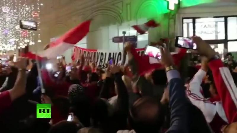 В центре Москвы не протолкнуться: толпа иностранных фанатов ликует на улицах столицы