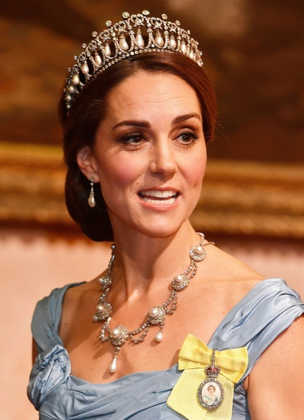36-летнюю Кейт Миддлтон критикуют за старомодное платье и морщины Кейт Миддлтон появилась на приеме в честь нидерландских монархов в Букингемском дворце в королевской тиаре и роскошном голубом