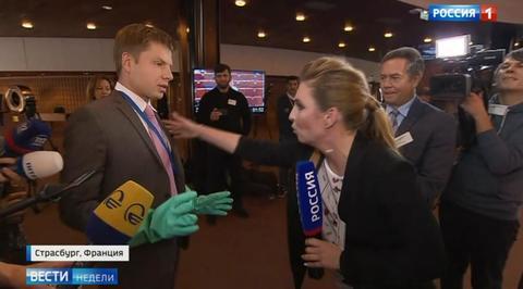 Гончаренко в перчатках химзащиты побоялся жать руку Скабеевой