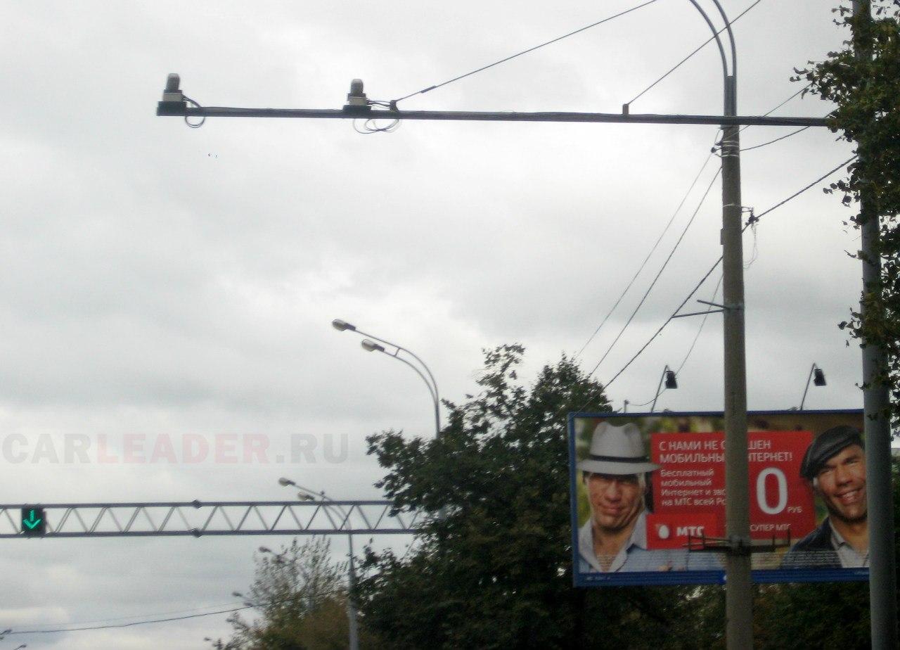 Две камеры ГИБДД: после стеклянного надземного перехода (сразу за постом ГАИ), на стальной растяжке вдоль проспекта