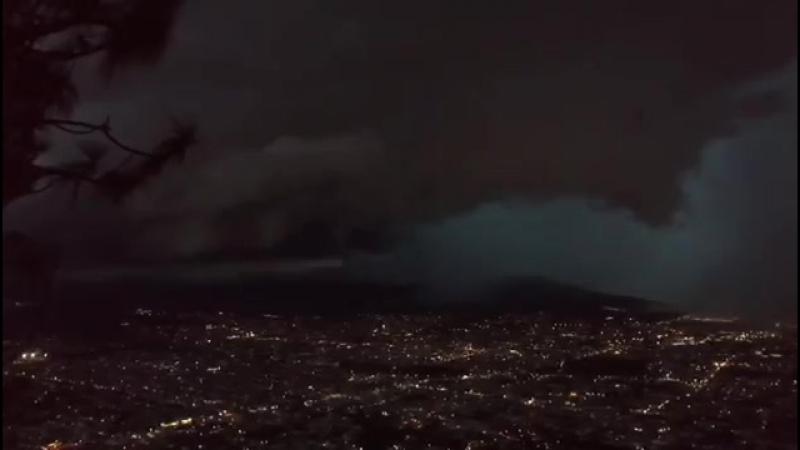 ...??..Во время грозы над Сан-Хуан-Тепик-Наярит, Мексика 22 августа 2018 странный сферический объект вылетает из облаков на выс