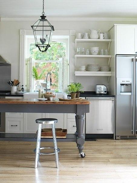 Простые, непретенциозные, но просторные и уютные кухни.