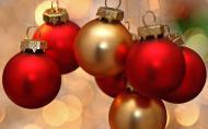 А ведь через каких-то пару месяцев будет Новый год. Снова праздничная реклама кока-колы, покупка подарков, запах мандаринов и свежей ёлки, запах лака для волос в комнате. Поздравления, стук бокалов, в котором налито шампанское.Бессонная ночь и ожидание чего-то, что мы надеемся, обязательно сбудется