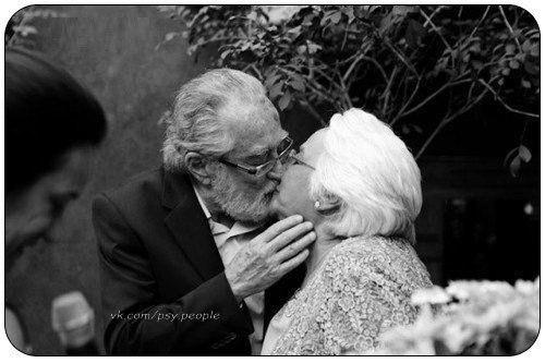 """Пожилая пара, сидит на лавочке. Мужчина взял женщину за руку и сказал: """"А ведь мы сделали это. Мы постарели вместе..."""""""