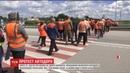 Кілометровий затор на трасі Київ Чоп працівники Житомирського облавтодору перекрили дорогу