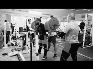 Алексей Никулин приседает 340 кг на 2 раза в наколенных бинтах