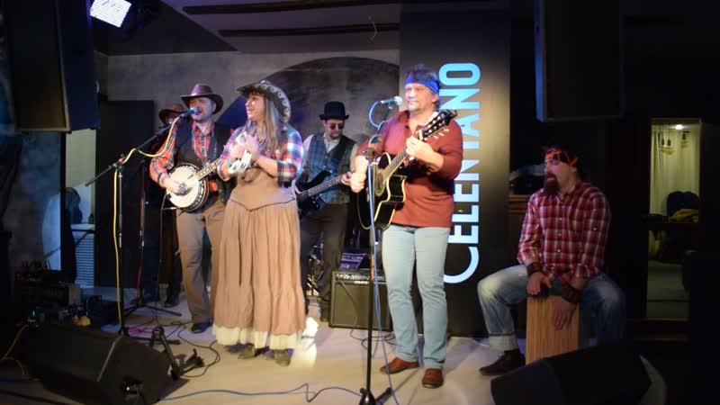 Кантри-фолк-группа Чистая река с песней Ты да я, да мы с тобой...