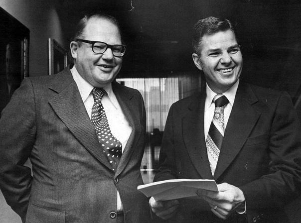 «Семь элементов, которые изменили мир», Джон Браун. Братья Уильям Герберт и Нельсон Банкер Хант были сыновьями техасского нефтяного миллиардера Гарольдсона Лафайета Ханта. В 1971 году сильнейшее
