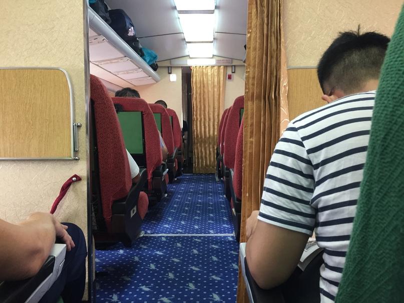 Отчет о путешествии в Северную Корею Вид в Первый класс. На ковре символ авиакомпании — журавль