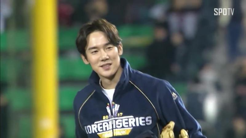 [KS 5차] 응답하라 1994 야구선수 칠봉이 배우 유연석의 화이팅 넘치는 시구 (10.30)
