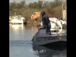 Насрали на мужика в лодке