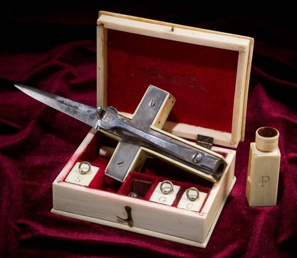 Набор для убийства вампиров. Набор изготовлен из слоновой кости и состоит из: декоративного христианского креста из слоновой кости соединенного со стальным крестом на одном конце которого