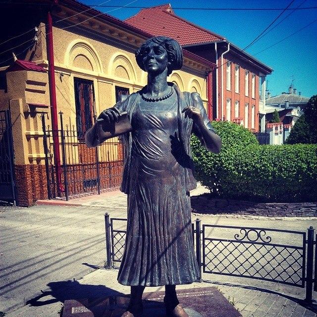 памятник Фаине Раневской в Таганроге без зонтика