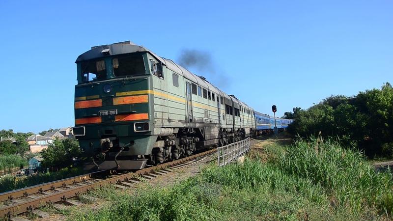 2ТЭ116-1207 отправляется с поездом №226/227 сообщением Бердянск-Запорожье-Киев и приветливая бригада