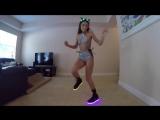 Красивая девушка классно танцует в кроссовках LED