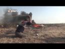 Palestino discapacitado utiliza un tirachinas para lanzar piedras a soldados israelíes