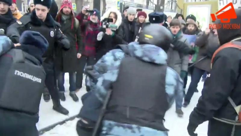 СРОЧНО⚡️Жесткие задержания на шествии антифашистов в Москве