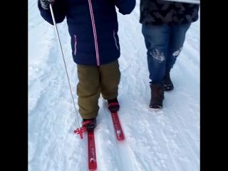Дениска первый раз встал на лыжи!