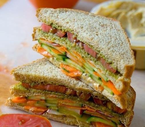 Двухэтажный сэндвич с огурцами и хумусом