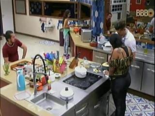 17-02-2017 Parte 25 - Marcos continua lavando a louça e Emilly prepara papeis para o jogo golpinho - Depois os dois convsersam s