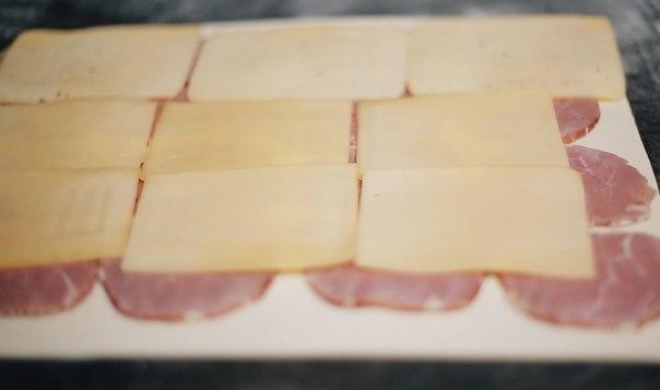 Быстрые рулетики с ветчиной и сыром Ингредиенты: Пачка слоеного