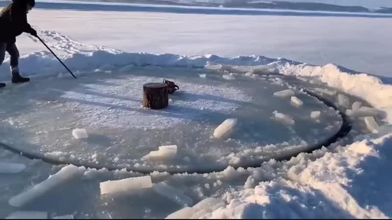 Казанцы устроили на Волге карусель из 9-тонной льдины при помощи лодочного мотора, и сняли это на видео