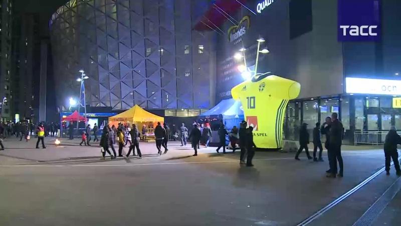Болельщики идут к стадиону, где пройдет матч между сборными Швеции и России.