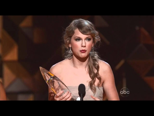 Taylor Swift Wins Entertainer Of The Year @ CMA Awards 2011