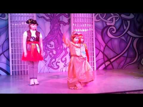 Я дефилирую в костюме принцессы
