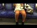 девушка раздвинула ножки в метро