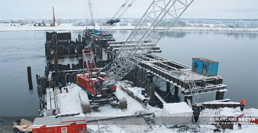 Неманские вести: Мостостроевцы наводят переправу через реку Неман