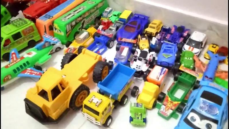 Menyusun mainan anak dengan gembira. Arrange children's toys happily.