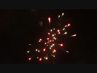 Запуск салюта в новом году и бенгальский огонь