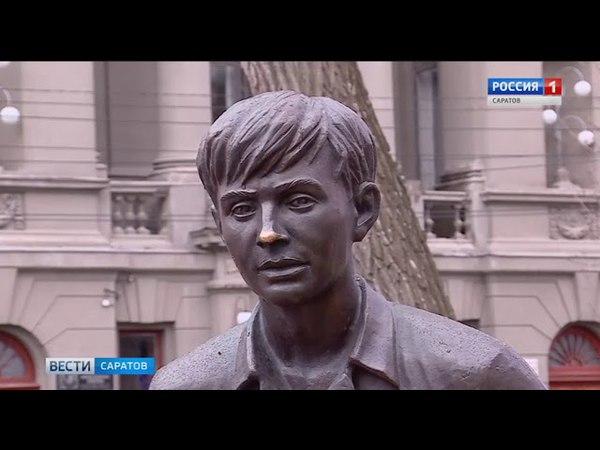 Саратовцы возлагают цветы к памятнику юного Олега Табакова