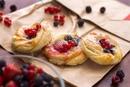 Слойки с ягодами и сырным кремом