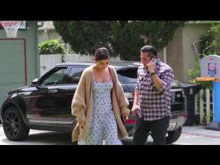 Покидает апартаменты своих друзей/покидает супермаркет «Trader Joe's» и прибывает на воскресную службу в Лос-Анджелесе (1 апреля