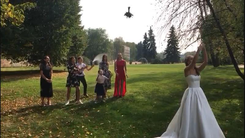 Букет невесты в полёте 😉 ну очень хорошо сбалансирован 👏 😉👍😀