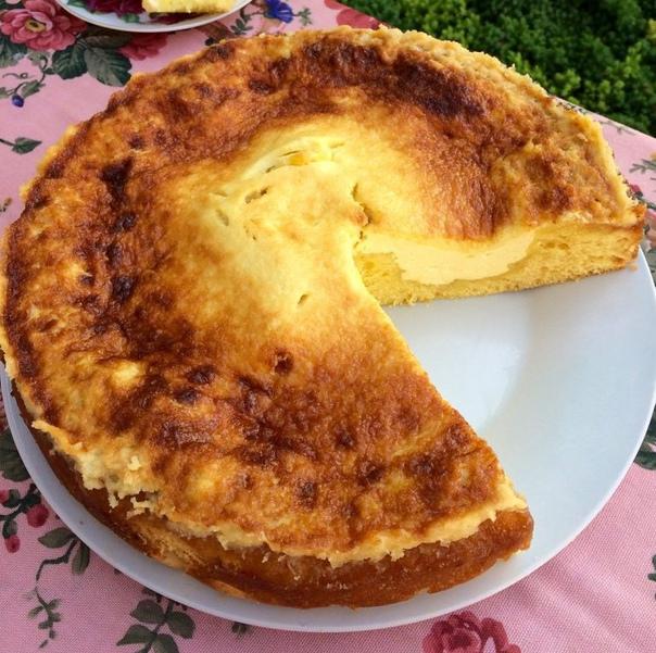 пирог с творогом и сметанной начинкой начинка:1. творог - 400 г2. сахар - 80 г3. ванильный сахар - 8 г4. яйца - 1 шттесто:1. яйца - 4 шт2. сахар - 200 г3. сметана - 150 г4. мука - 280 г5.