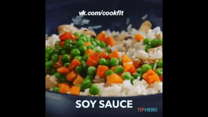 Жареный рис с курочкой и яйцом.