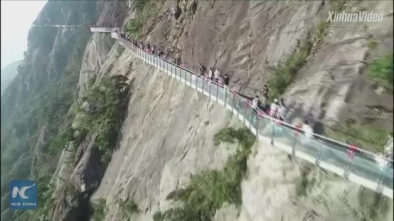 Стеклянный мост на высоте 1600 метров над уровнем моря