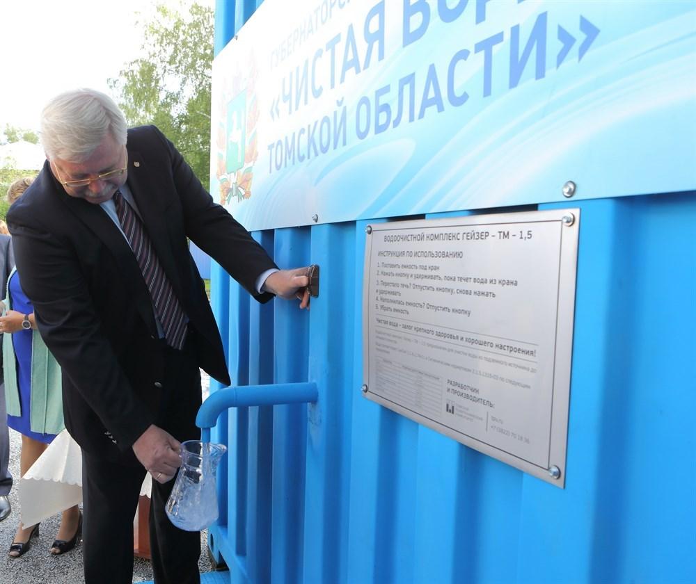 Губернатор Сергей Жвачкин возит канистрами воду из Шегарского района