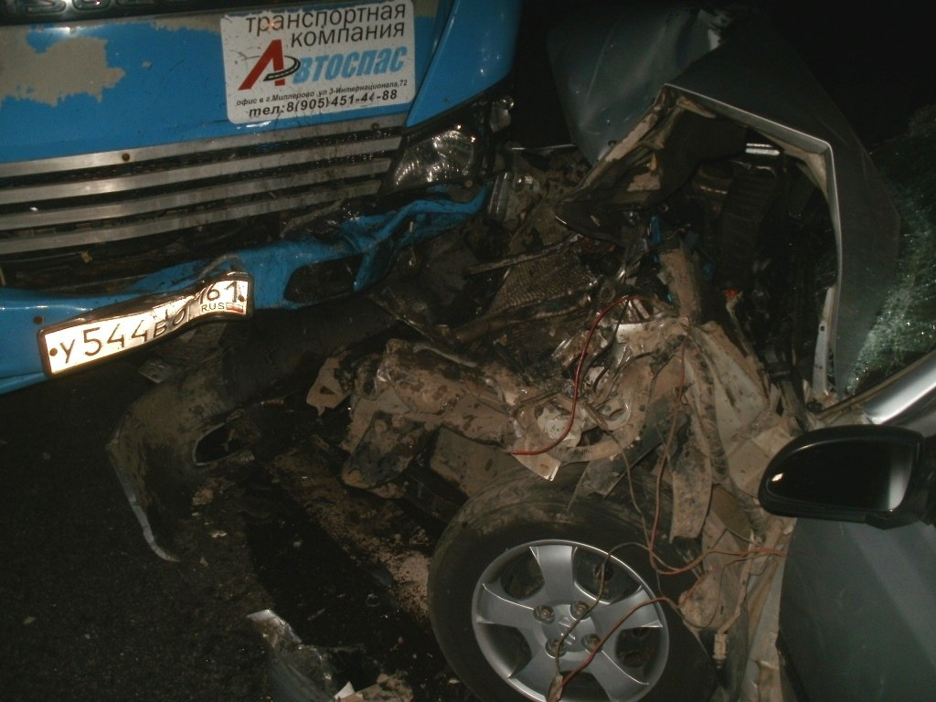 На донской трассе Hyundai Accent врезался в эвакуатор, пострадали три человека
