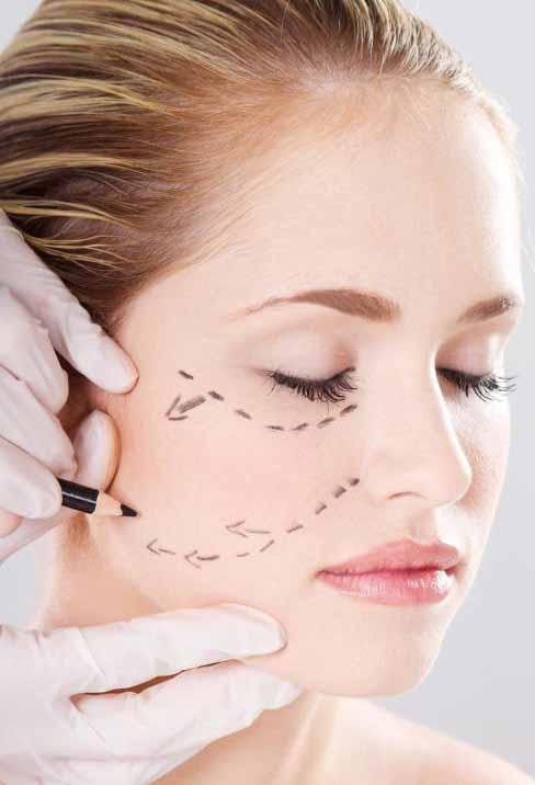Женщина готовится к косметической операции