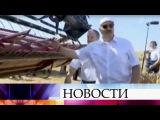 Александр Лукашенко испытал новый комбайн напрезидентском поле.